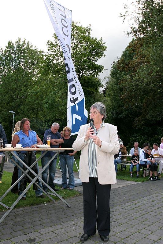 nach dem Rekordversuch kam Wegbergs Bürgermeisterin Hedwig Klein zum Forum Wegberg und begrüßte die Teilnehmer