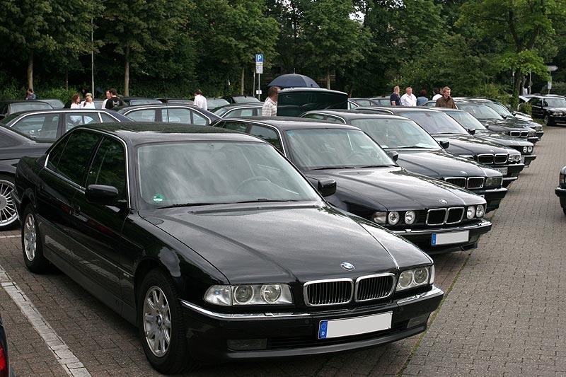 BMW 7er-Reihe auf dem Parkplatz am Forum Wegberg
