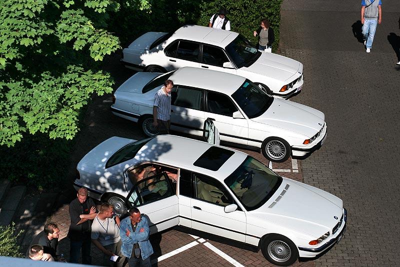 drei weiße 7er nebeneinader: der BMW L7 (E38) von Hans-Peter, der 740i (E32) von Mick und der 745i (E23) von Bernd