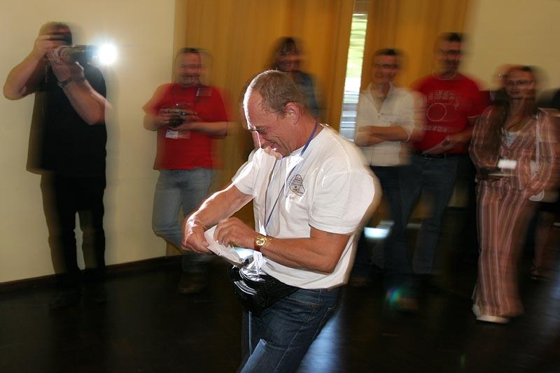"""im Blitzlichtgewitter: Michael (""""virgo"""") auf dem Weg zur Bühne, um seinen gewonnen Preis bei der Tombola abzuholen"""