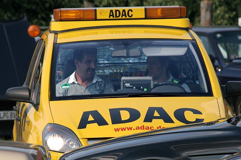 Holly holte den ADAC an der Einfahrt zu Pauls Bauernhof ab und fuhr dann mit ihm zu seinem Auto an der Pferdekoppel