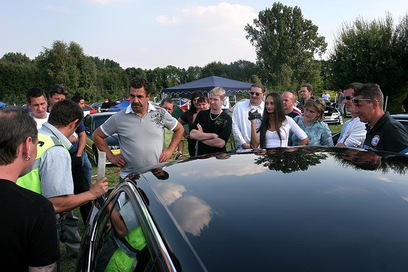 viel Zuschauer-Interesse bei den ersten Einbruch-Versuchen in Hollys BMW 728i