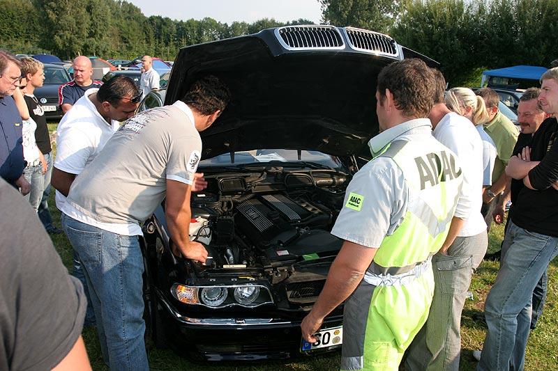Im Motorraum wurde die Zündung/Elektrik aktiviert, so dass die Fenster geöffnet werden konnten