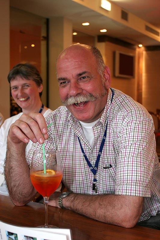"""Wolfgang (""""Wölfi"""") bei einem Drink am Abend im Hotel Continental"""