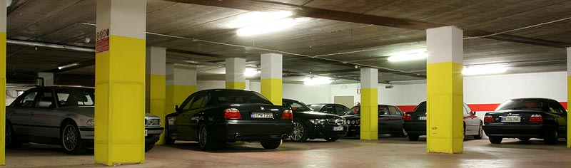 Parkgarage im Hotel Continental in Torbele am Abend