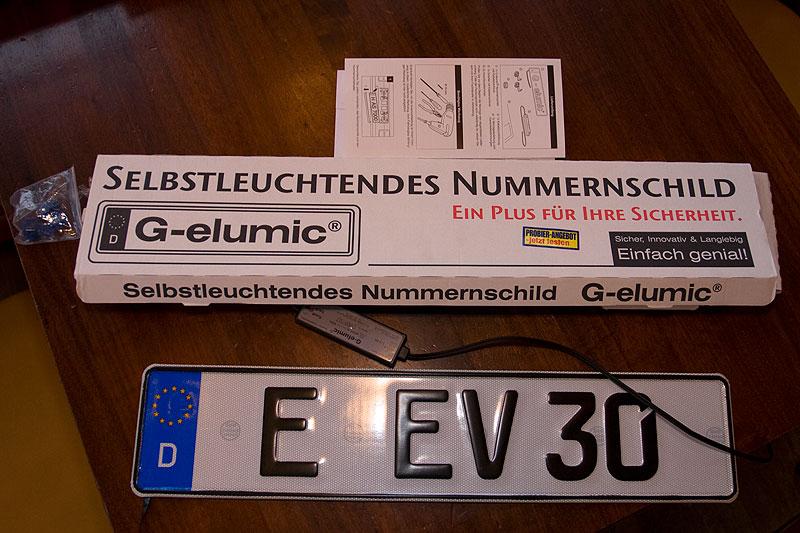 noch unmontiert brachte Eberhard das Leuchtkennzeichen mit zum Stammtisch