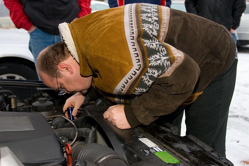 """Uli (""""BMWupptich"""") im Motorraum von Matthias (""""Telekom-iker"""") 740i (E38)"""