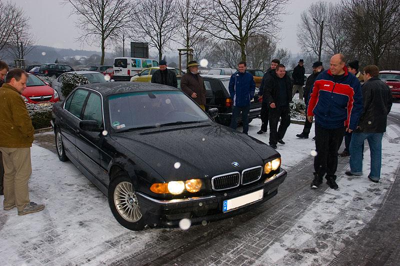 """Stammtisch-Neuling Philipp (""""Phil87cgn"""") schlitterte mit seinem 750iL (E38) über den Parkplatz"""