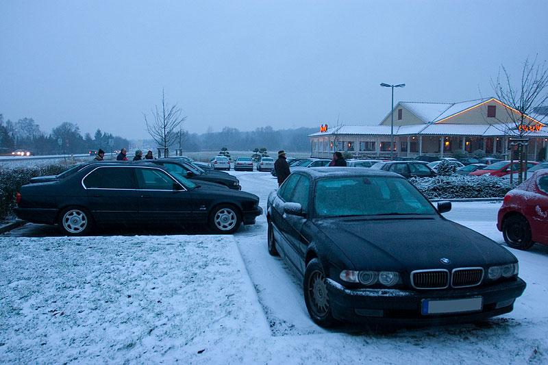 """Stammtisch-Parkplatz, vorne der 728i von Henning (""""boppy"""")"""