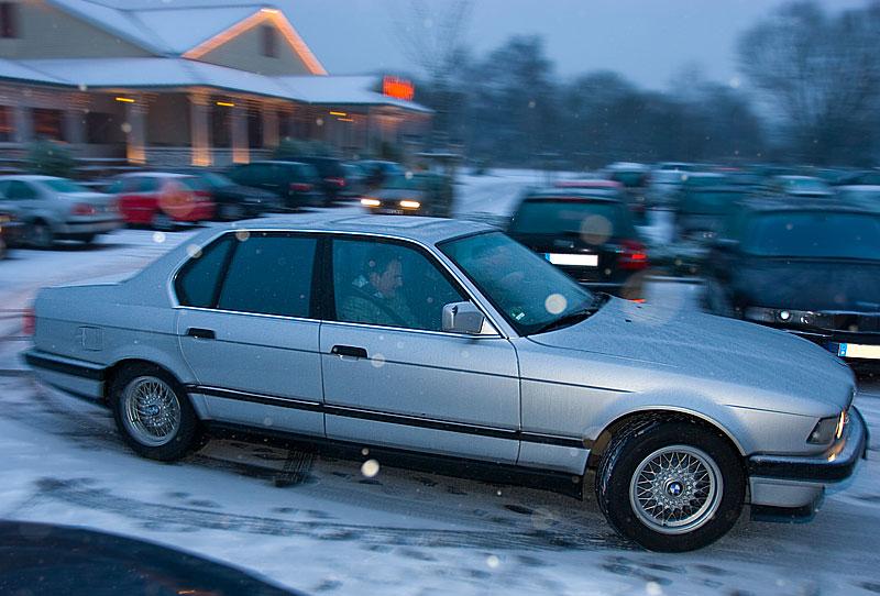 """Christoph (""""E32Schrauber"""") fährt mit seinem BMW 730i (E32) vom Parkplatz"""