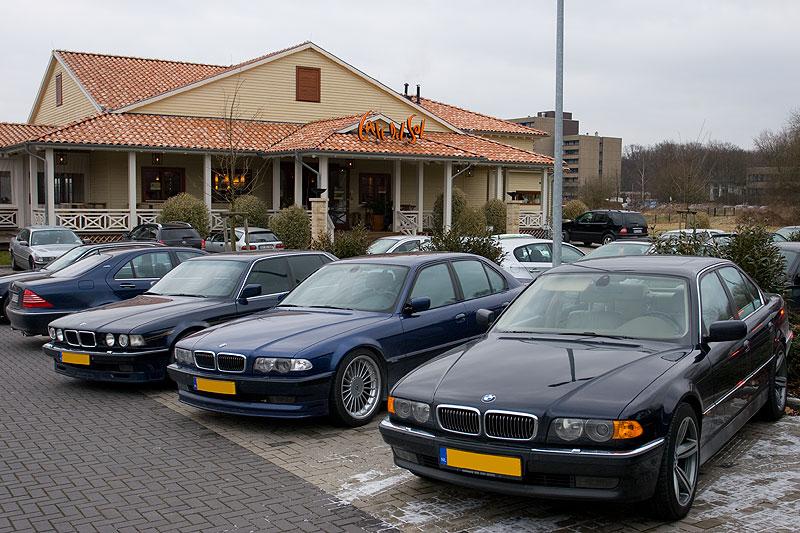 Stammtisch-Parkplatz mit 7er-BMWs aus den Niederlanden