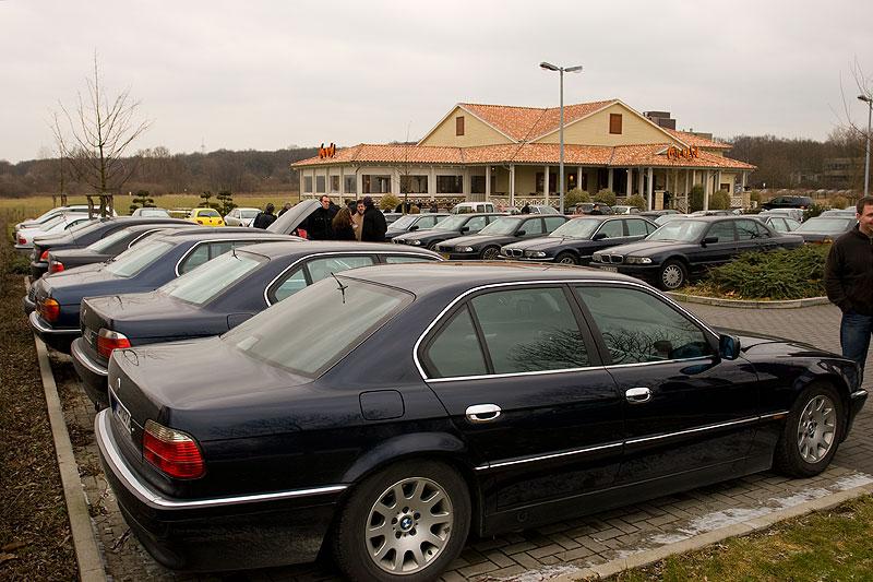 """Stammtisch-Parkplatz; vorne der 735i von Giray (""""BMW-Freak"""")"""