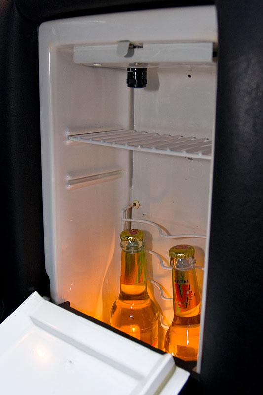 beleuchteter Kühlschrank zwischen den Hintersitzen