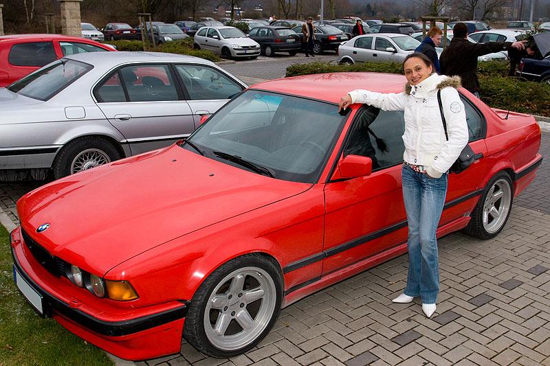 Marios Freundin mit seinem BMW 740i (E32)
