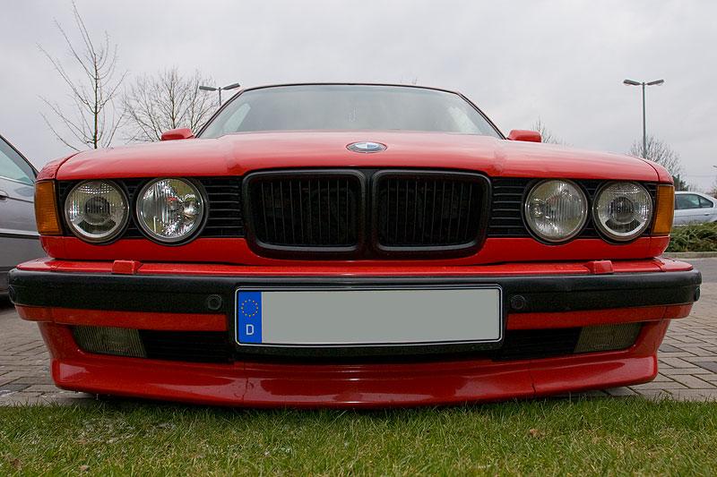 BMW 740i (E32) mit großer Niere für den V8-Motor, die hier schwarz lackiert wurde