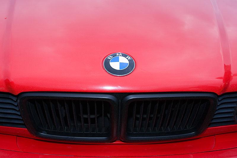 Motorhaube mit BMW-Emblem und schwarz lackierter, großer BMW-Niere