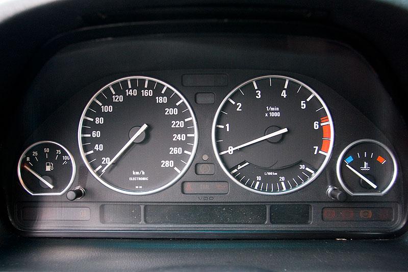 Tachometer mit Chrom-Umrandung im BMW 740i von Mario