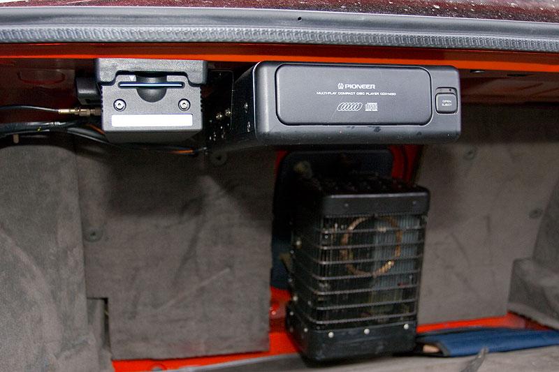 Kofferraum mit Telefon-Karten-Leser links, 6-fach CD-Wechlser von Pioneer und Kühlschrank