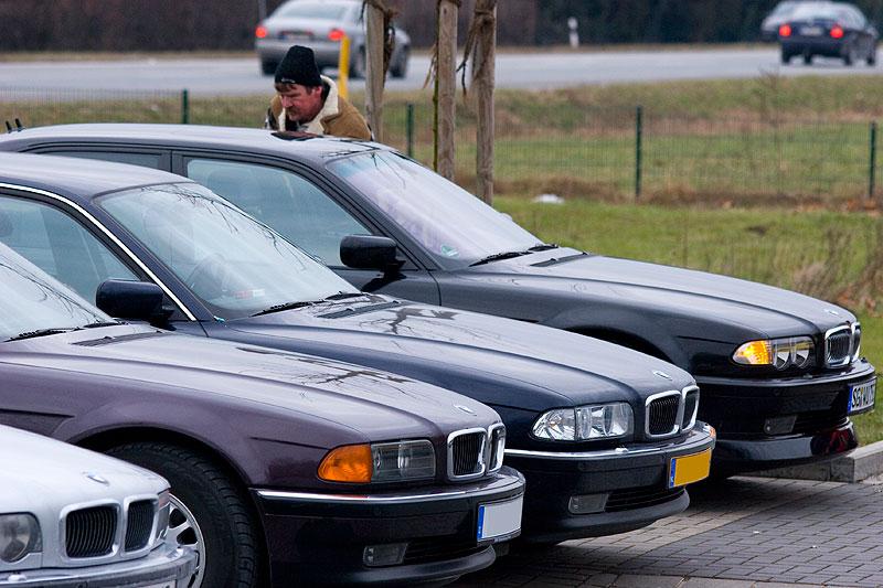 """BMW 7er-Reihe auf dem Stammtisch-Parkplatz; hinten im Bild: Peter (""""peter-express"""")"""