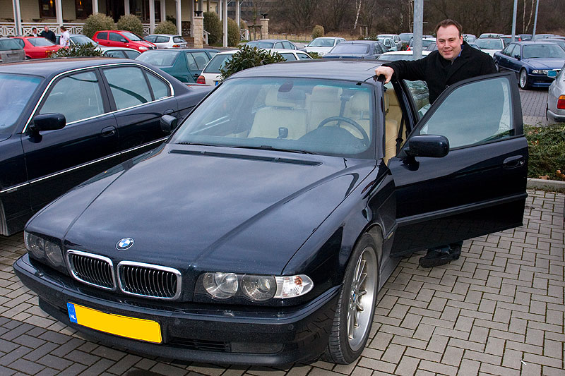 """Menno (""""Mennomega"""") mit seinem BMW 750iL Highline auf dem Stammtisch-Parkplatz"""