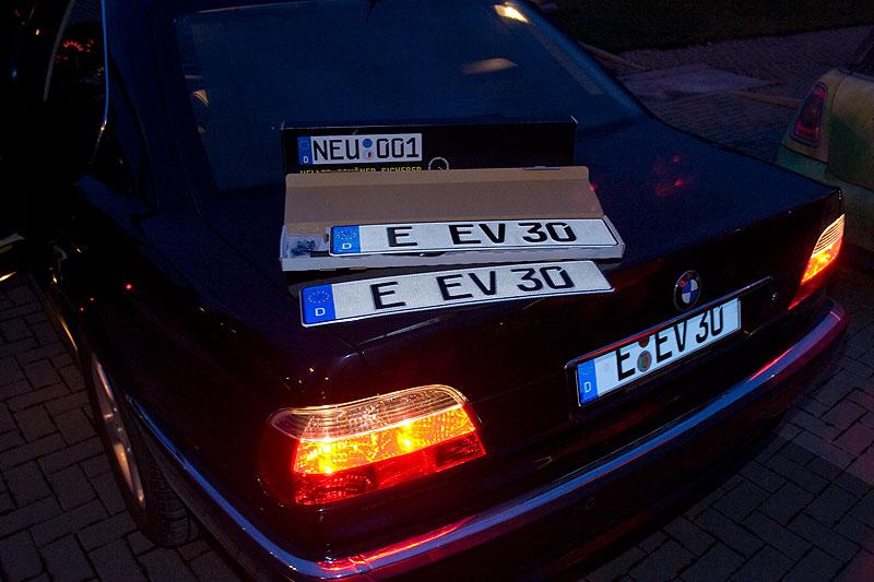 """Eberhards (""""EV 30"""") 735i mit seinen drei verschiedenen Leucht-Kennzeichen"""