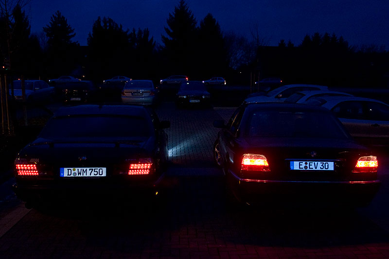 """links: der BMW 750i (E32) von Marks (""""Flökchen V12"""") mit 3M Leuchtkennzeichen und rechts der BMW 735i (E38) von Eberhard (""""EV 30"""") mit G-elumic Leuchtkennzeichen"""