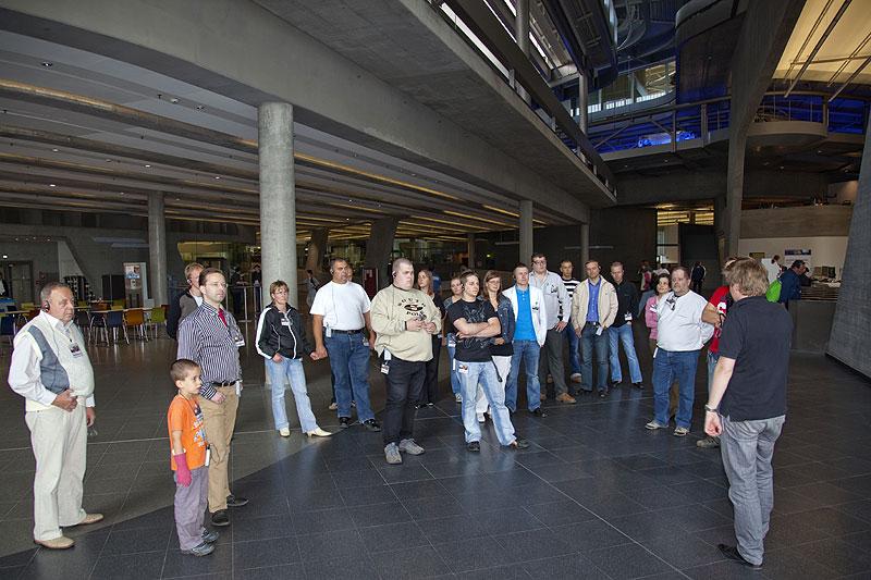BMW Werksführer Florian Blech begrüßte die Teilnehmer im Zentralgebäude