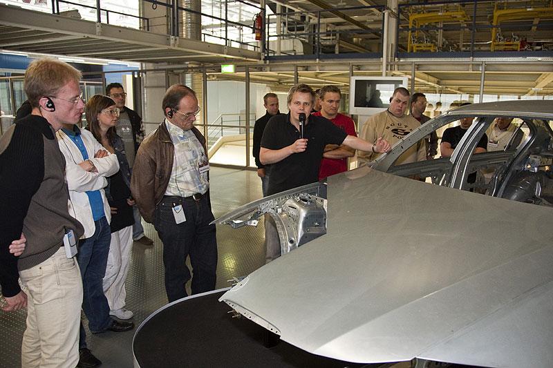 Anhand einer fertig produzierten Karosserie eines 3er-BMW erklärt Werksführer Florian Blech den Karosseriebau