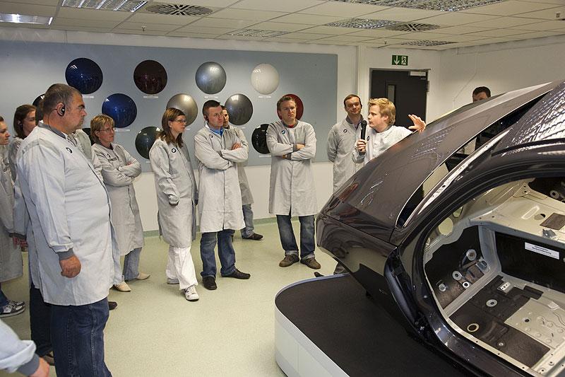 Anhand eines Modells erklärte Werksführer Blech, wie bei der Lackierung einer Karosserie bei BMW vorgegangen wird
