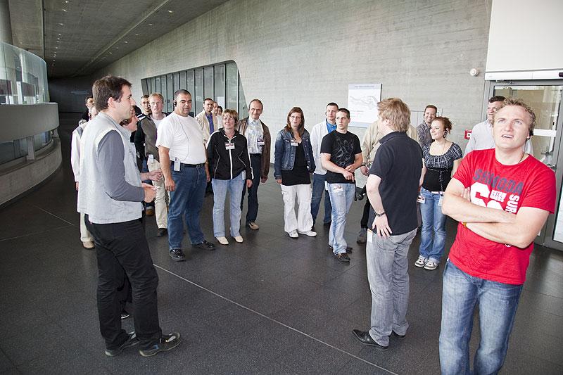 7-forum.com Mitglieder im Zentralgebäude, bevor es in die Montage ging