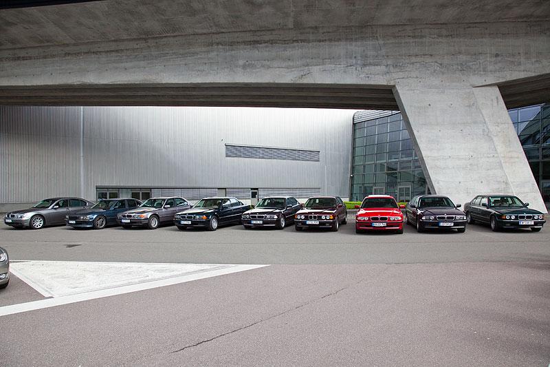 die 7er-BMWs der Teilnehmer an der Werksbesichtigung vor dem BMW Werk in Leipzig