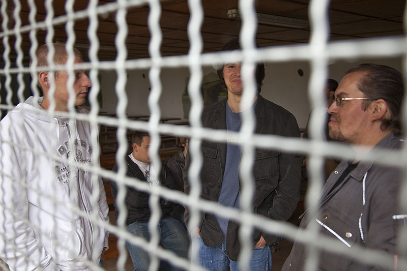 Teilnehmer des 7er-Treffens im vergitterten Unterstand