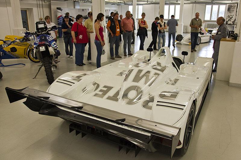 Die BMW Classic Besichtiger am BMW V12 Le Mans Art Car von Jenny Holzer