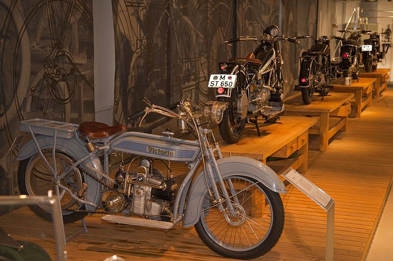 Victoria KR1 (vorne) in der Motorrad-Ausstellung