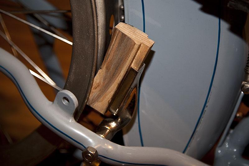 Victoria KR1, Keilklotzbremse hinten mit Bremsklotz aus Holz, vorne hat das Motorrad keine Bremse. 85 km/h schnell.