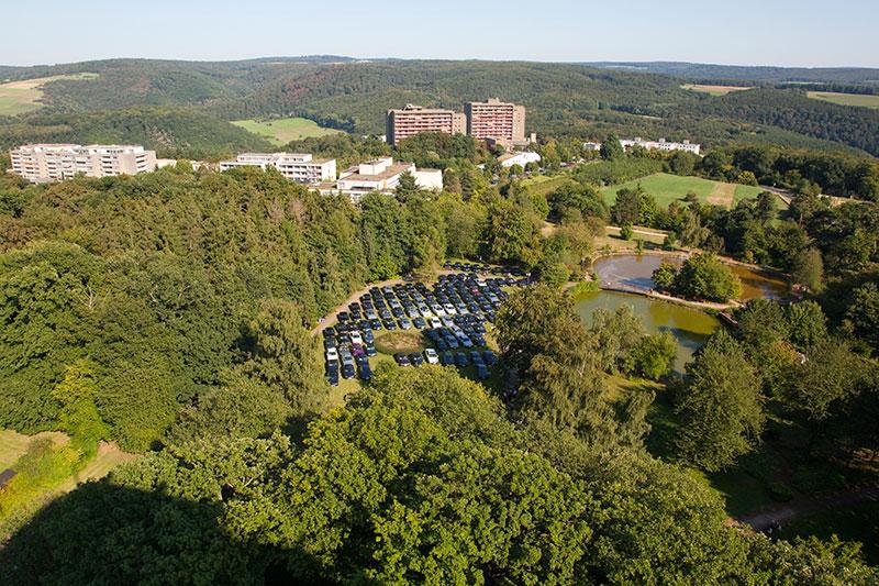 Mitten im Grünen bot die Wiese im Hotel-Park gerade genug Platz für alle anwesenden 7er-BMWs