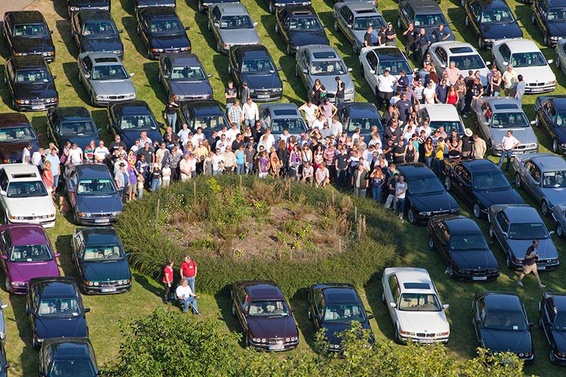 Die Teilnehmer posierten sich abschließend vor den Autos für ein Gruppenfoto