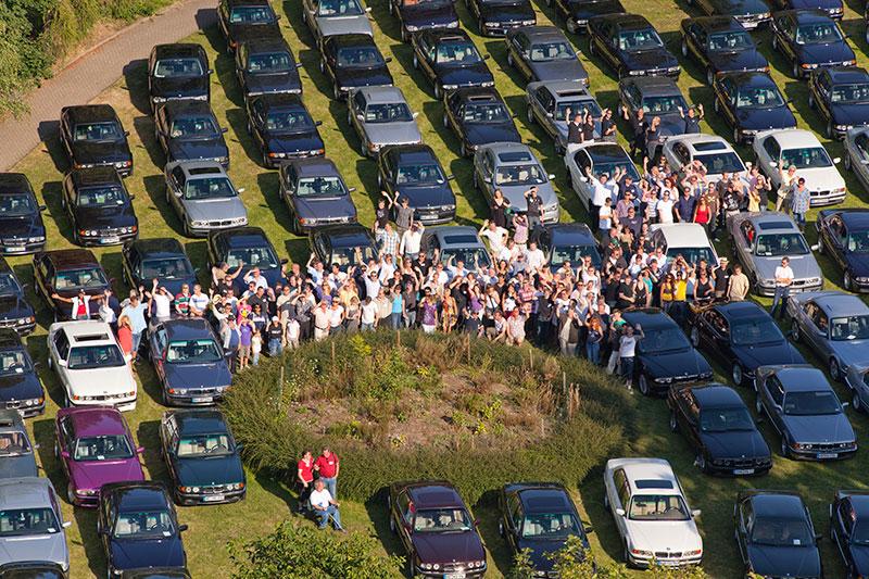 Gruppenfoto der Teilnehmer an ihren Fahrzeugen