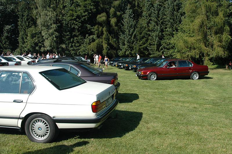 im Ernst-Wagner-Park platzierten sich die 7er-BMWs für das Gruppenfoto