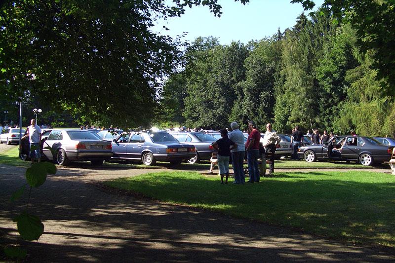 Blick von hinten auf die Rasenfläche mit den geparkten 7er-BMWs