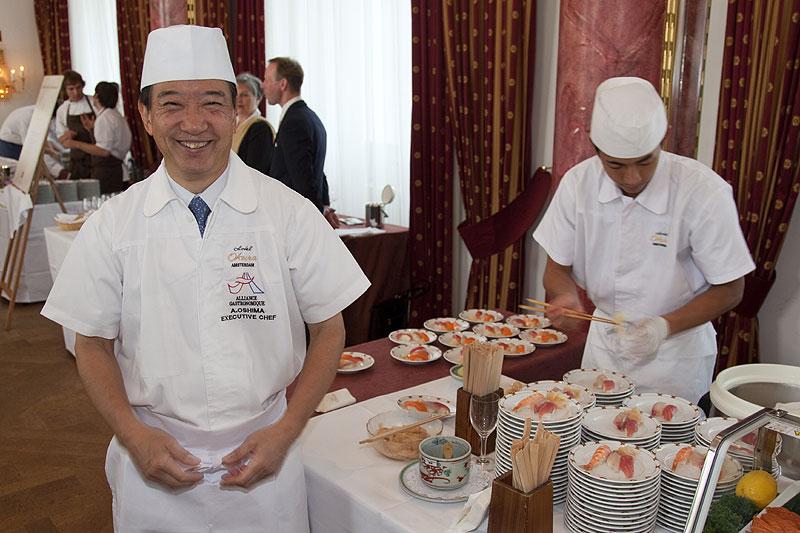 Akira Oshima, Ein-Stern-Meisterkoch aus den Niederlanden (links), kochte Sushi von Thunfisch, Lachs, Gelbflossenfisch, Shrimps und Aal