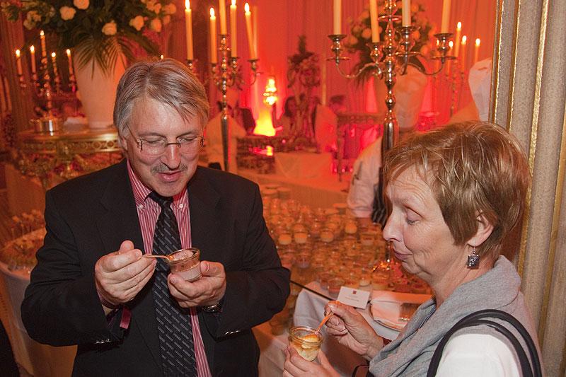 Gewinner Klaus-Peter mit Frau probieren Süßspeisen am üppigen Dessert-Buffet