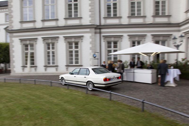 Bye, bye! Gewinnspiel-Sieger Mick verlässt das Anwesen mit seinem BMW 740iL (E32)