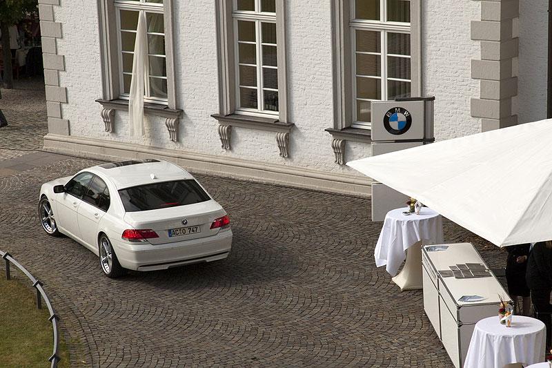 ein Gast fuhr in einem weißen BMW 7er, Modell E65, vor das Schloss Bensberg vor