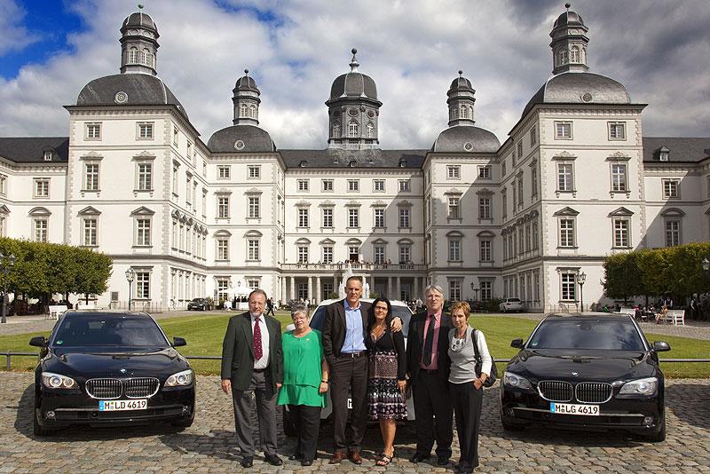 Sieger im 7-forum.com Gewinnspiel vor dem Schloss Bensberg