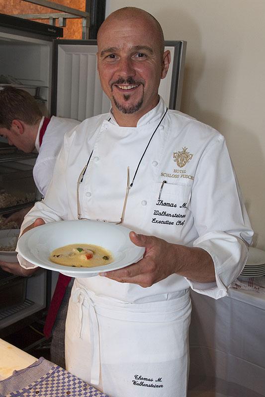 Lufthansa Star Chef Thomas M. Walkensteiner bot Rotes Curry von sizilianischen Wildfanggarnelen mit jungen Pilzen an