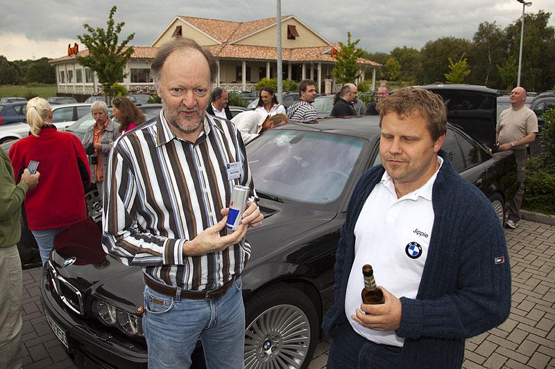 """Peter (""""Turbo Peter"""") und Stammtischorganisator Stefan (""""Jippie"""") mit Getränken, ausgegeben von Peter (""""peter-express""""), der seinen 50. Geburtstag feierte"""
