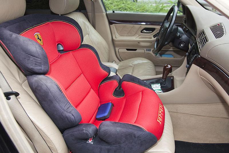 Holly installierte für seine Tochter einen Ferrari-Kindersitz auf dem Beifahrersitz