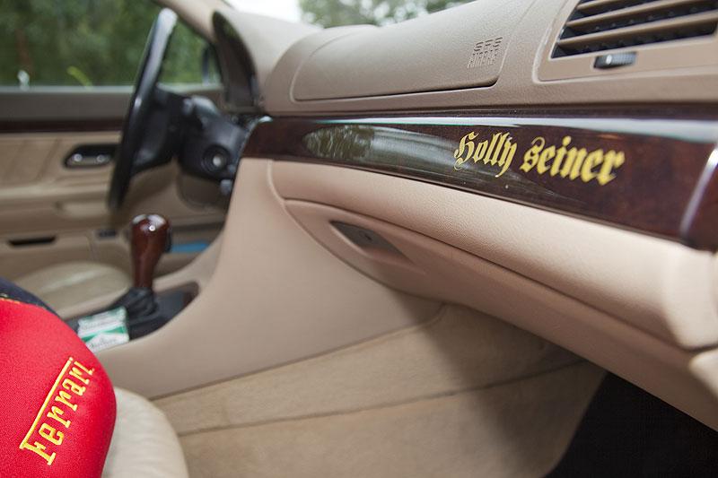 """""""Holly seiner"""" Schriftzug auf dem Edelholz im Innenraum von Hollys BMW 7er"""