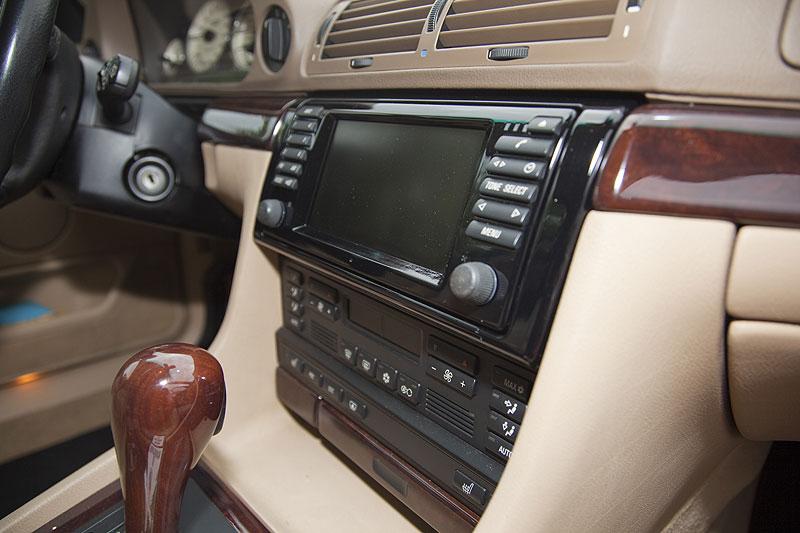 schwarz glänzend lackierter Rahmen um das Navigationssystem in Hollys 7er
